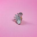 maria kawaii store – pin prendedor mano con rosa 2